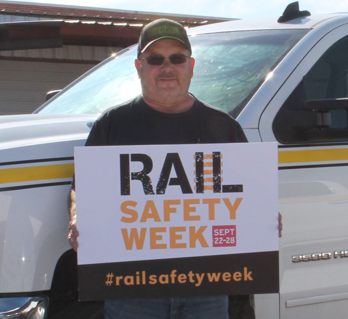 Hi-rail working holding rail safety sign